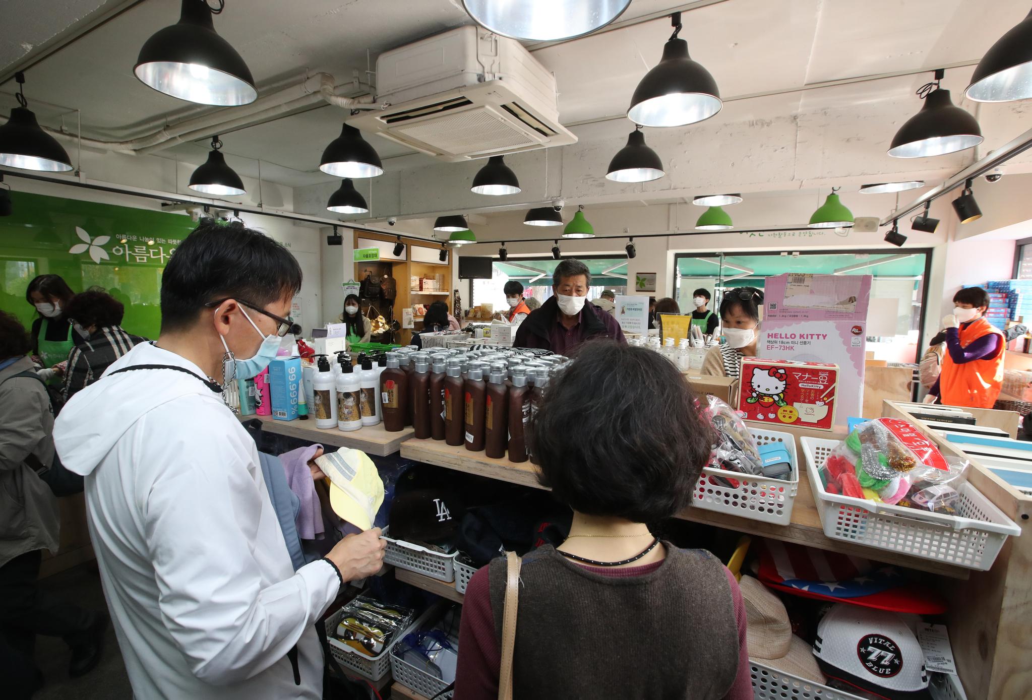 '위아자 나눔장터 2020' 특별판매전이 열린 서울 아름다운가게 안국점에도 개장전부터 40여명의 손님들이 몰렸다. 이날 안국점을 찾은 시민들이 물품을 둘러보고 있다. 우상조 기자