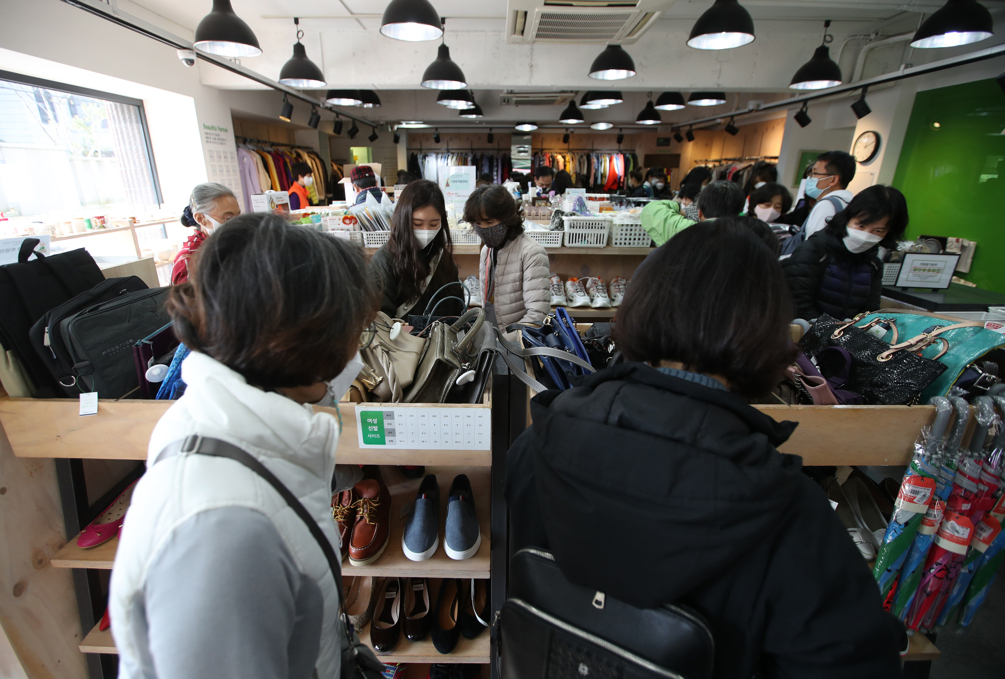 14일 '2020 위아자 나눔장터 특별판매전'이 열린 아름다운가게 안국점에도 구매객들이 성황을 이뤘다. 매장을 찾은 시민들이 물품을 둘러보고 있다, 우상조 기자