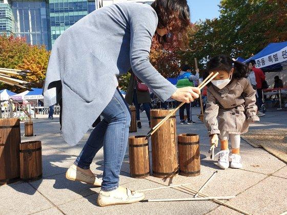 21일 대구 중구 국채보상운동기념공원에서 열린 '2018 대구 위아자 나눔장터'에서 한 어린이가 민속놀이 체험을 하고 있다. 대구=백경서기자
