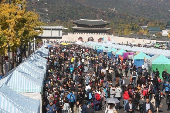 지난해10월 20일 서울 광화문광장에서 열린 2018 위아자 나눔장터 모습. [중앙포토]
