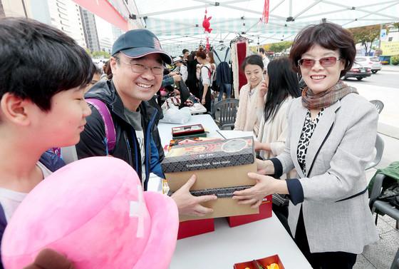 추궈훙 주한 중국대사의 부인(오른쪽)이 물품을 판매하고 있다. [강정현 기자]