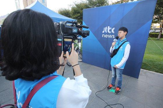 2019 위아자 나눔장터 부산행사에 마련된 JTBC 부스 '나도 기자 체험' 부스에서 한 어린이가 기자 체험을 하고 있다. 송봉근 기자