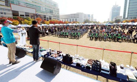 21일 3만5000여 명이 시민이 참여한 가운데 대전시 서구 보라매공원에서 열린 2018 위아자 나눔장터에서 사회자가 행사의 시작을 알리고 있다. 프리랜서 김성태