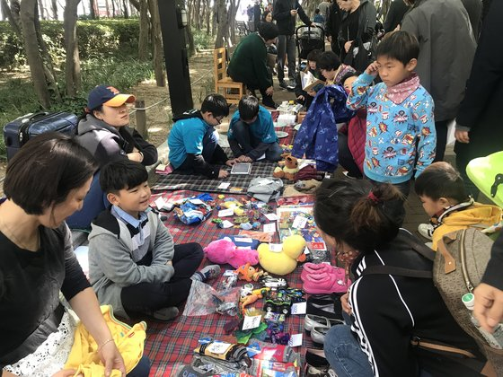 21일 대구 중구 국채보상운동기념공원에서 열린 '2018 대구 위아자 나눔장터'에서 방문객들이 개인장터를 둘러보고 있다. 대구=김정석기자