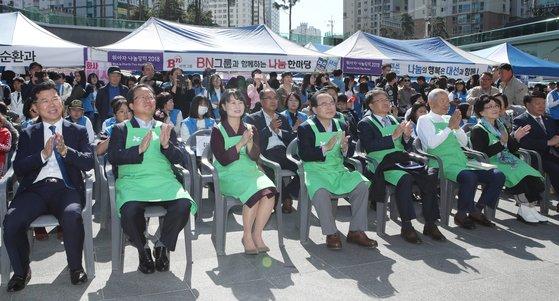 21일 부산 부산진구 송상현광장에서 열린 '2018 부산 위아자 나눔장터' 초청인사들이 축하 공연을 보며 박수를 치고 있다. 송봉근 기자