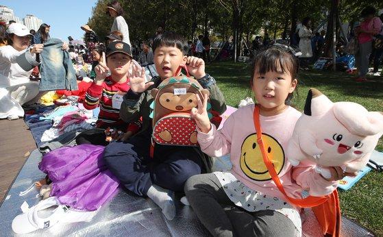 부산 위아자 나눔장터가 21일 부산 부산진구 송상현 광장에서 열렸다.어린이장터에 참여한 어린이들이 물건을 팔고 있다. 송봉근 기자