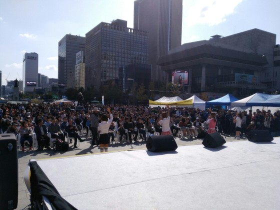 경매 중간 걸그룹 비바 공연에는 시민 400여 명이 몰렸다.