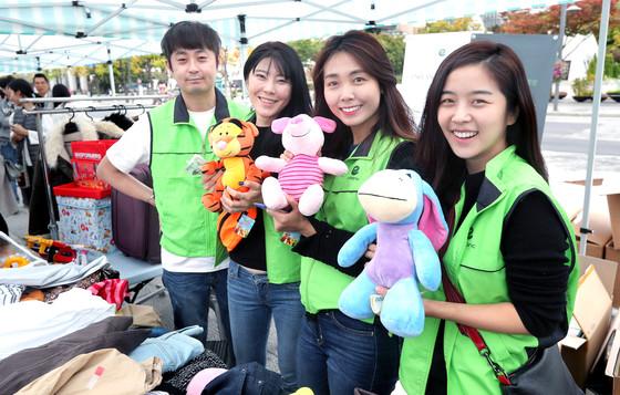 서울 장터에 참가한 앙블랑 직원들. [강정현 기자]