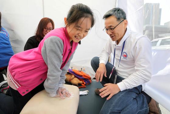 대한심폐소생협회 부스에서 어린이가 심폐소생술을 배우고 있다. [강정현 기자]