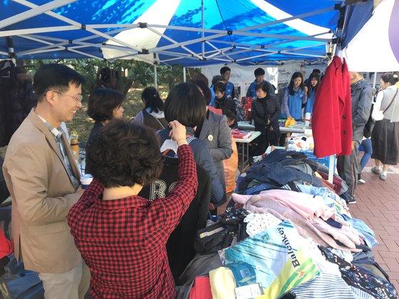 21일 대구 중구 국채보상운동기념공원에서 열린 '2018 대구 위아자 나눔장터'에서 방문객들이 단체 부스를 둘러보고 있다. 대구=김정석기자
