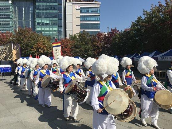21일 대구 중구 국채보상운동기념공원에서 열린 '2018 대구 위아자 나눔장터'에서 풍물놀이가 펼쳐지고 있다. 대구=김정석기자