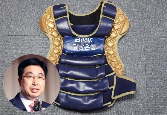 황윤철 BNK경남은행장의 양의지 선수 사인이 있는 야구 가슴보호대