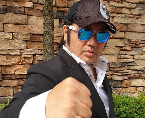 배우 김보성은 이번 2019 위아자 나눔장터에 기증한 선글라스를 착용한 사진도 함께 보내왔다. [사진 김보성]