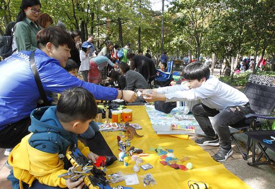22일 국채보상 기념공원에서 열린 '위아자 장터'에서 방문객이 물건을 사고 있다. [프리랜서 공정식]