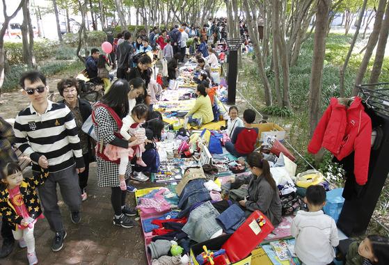 지난 22일 대구시 중구 국채보상운동기념공원에서 열린 대구 위아자 나눔장터를 찾은 시민들로 행사장이 붐비고 있다. 프리랜서 공정식