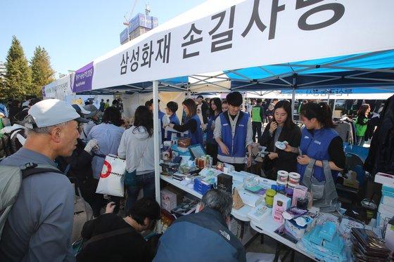 20일 부산 부산진구 송상현광장에서 열린 2019 위아자 나눔장터 부산행사에서 삼성화재 직원들이 물품을 판매하고 있다. 송봉근