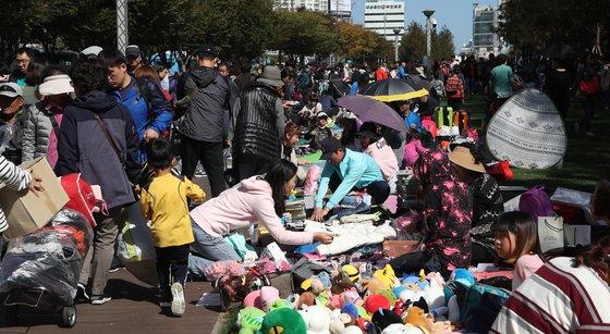 21일 부산 송상현 광장에서 개최된 2018년 위아자 나눔 장터. 발 디딜 틈 없이 붐비는 어린이 장터. [송봉근 기자]