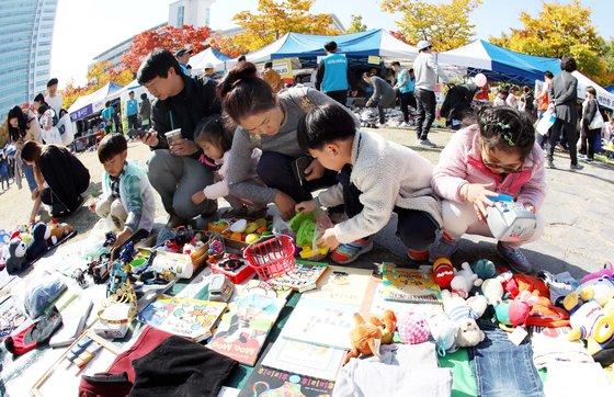 대전 장터에서 어린이들이 물품 판매를 준비하고 있다. [프리랜서 김성태]