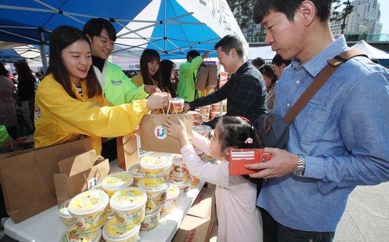 부산 위자나 나눔장터가 21일 부산 부산진구 송상현 광장에서 열렸다. 시민들이 인제대학교 부스에서 인제대면을 구입하고 있다. 송봉근 기자