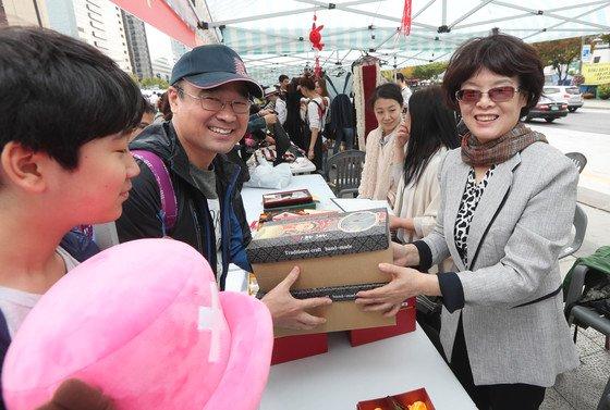 서울 광화문광장에서 열린 '2017 위아자 나눔장터'에서 리산 여사(선글라스)가 중국대사관 부스에서 물건을 팔고 있다. [중앙포토]