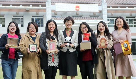'2019 위아자 나눔장터'에 참가하는 리산 중국대사 부인(가운데)과 직원들이 18일 주한 중국대사관에서 중앙일보와 인터뷰하고 있다. 최정동 기자