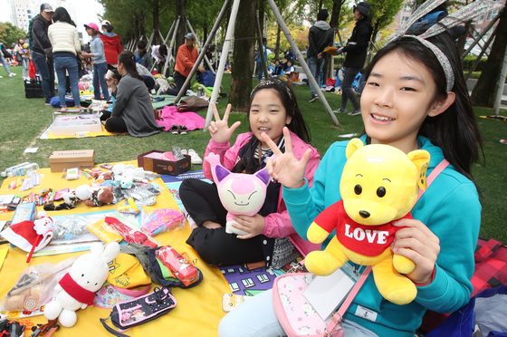 22일 부산 부산진구 송상현광장에서 열린 2017 부산 위아자 나눔장터의 어린이장터에 참여한 학생들이 인형을 3000원에 판매하고 있다.