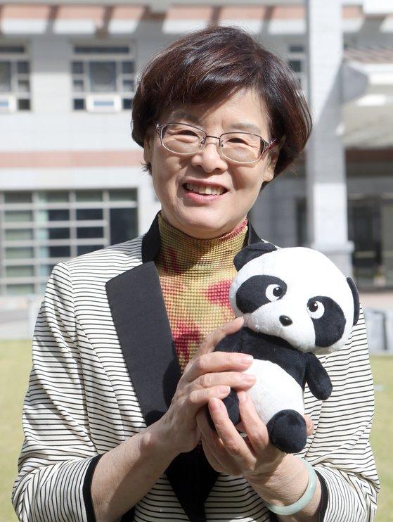 18일 주한 중국대사관에서 리산 중국대사 부인이 '2019 위아자 나눔장터'에서 판매할 판다 인형을 들고 있다. 최정동 기자