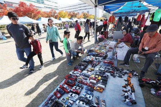 2018 위아자 나눔장터가 21일 대전 보라매공원에서 열려 많은 시민들이 행사장을 둘러보고 있다. 프리랜서 김성태