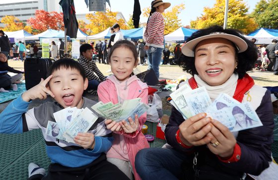 2018 위아자 나눔장터가 열린 12일 오후 대전시 서구 보라매공원에서 시민들이 물건을 팔고난 뒤 환하게 웃으며 수익금을 보여주고 있다. 프리랜서 김성태