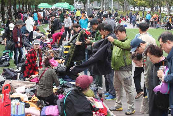 22일 부산 부산진구 송상현광장에서 열린 2017 부산 위아자 나눔장터의 개인장터에 많은 시민이 몰려 북새통을 이루고 있다.송봉근 기자
