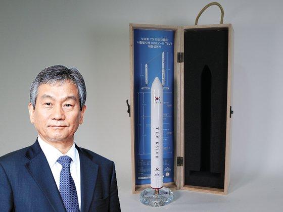 임철호(작은사진) 한국항공우주연구원장이 기증한 누리호 시험 발사체 모형. [사진 위스타트·중앙포토]