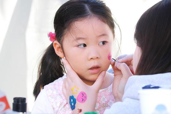 대구 장터에서 페이스페인팅을 체험하는 어린이. [프리랜서 공정식]