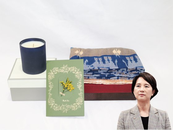 유은혜 사회부총리 겸 교육부장관은 향초와 숄을 기증했다. [사진 위스타트·중앙포토]