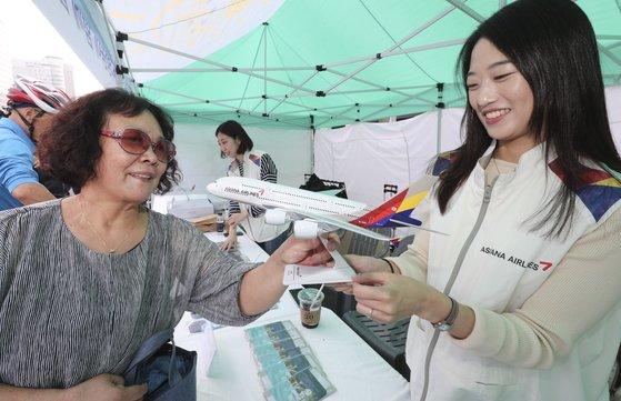 2019 위아자 나눔장터의 아시아나 항공 부스에서 한 시민이 모형 비행기를 구매하고 있다. 임현동 기자