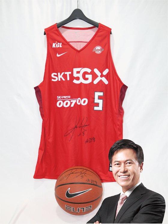 박정호 SKT 대표이사는 SK나이츠 유니폼과 농구공을 기증했다. [사진 위스타트·중앙포토]