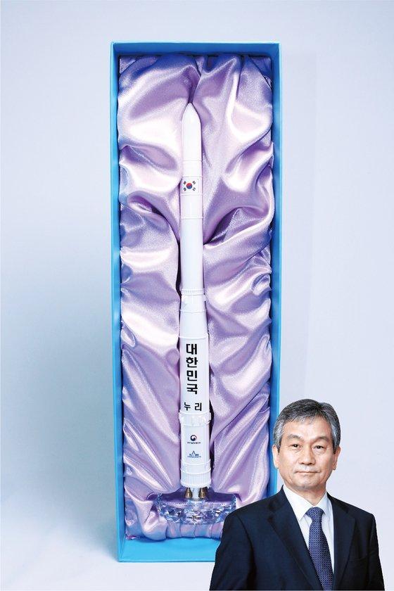 임철호 한국항공우주연구원장은 '누리호' 발사체 모형을 보내왔다. [사진 위스타트·중앙포토]