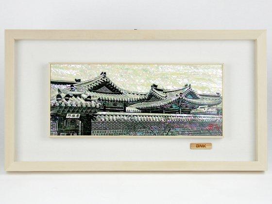 김지완 BNK금융그룹 회장은 자개그림을 보내왔다. [사진 아름다운가게 부산본부]