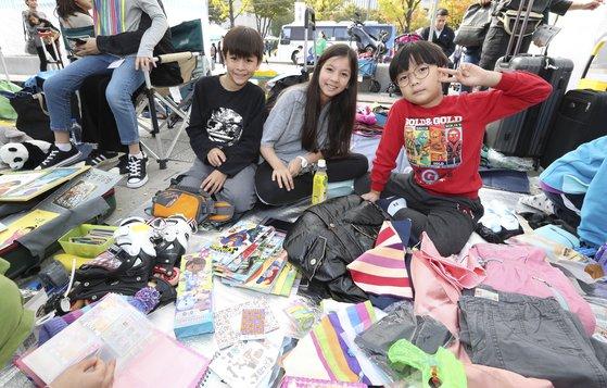 """2019 위아자 나눔장터의 어린이장터 코너에 참여한 조현우(맨 왼쪽)은 """"직접 물건을 파는 게 재미있어 자주 참여하고 싶다""""고 말했다. 임현동 기자"""