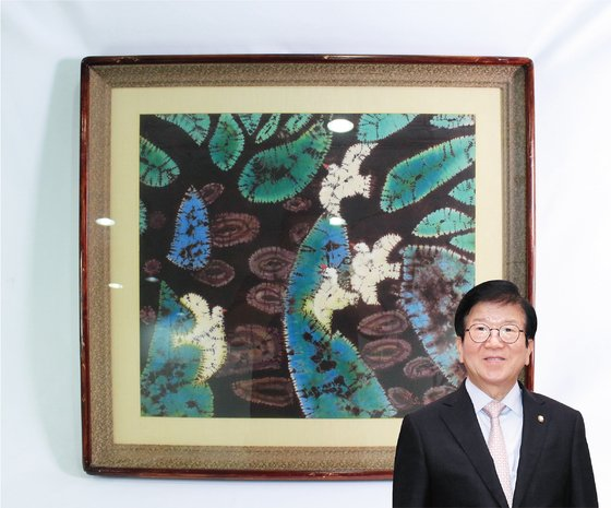 박병석 국회의장은 나염작품 액자를 위아자 나눔장터에 기증했다. [사진 위스타트·중앙포토]