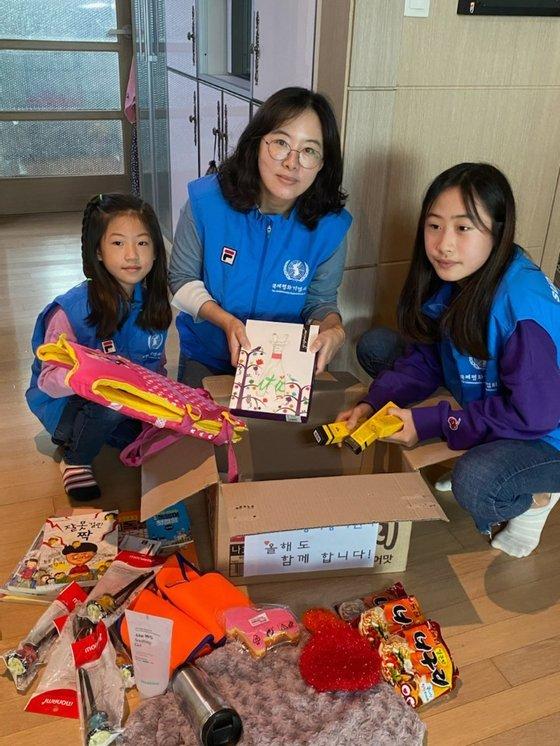 '위아자 나눔장터 2020' 부산 행사에 참여하는 유엔평화봉사단원가족이 기증품을 모아 택배상자에 담고 있다. [사진 아름다운가게 부산본부]