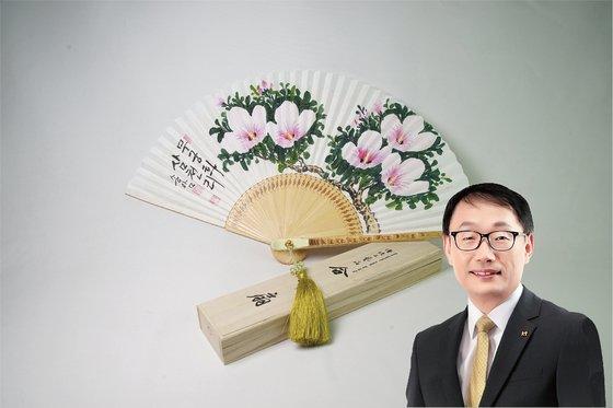 구현모 KT 대표이사는 부채 명장이 만든 합죽선을 기증했다. [사진 위스타트·중앙포토]