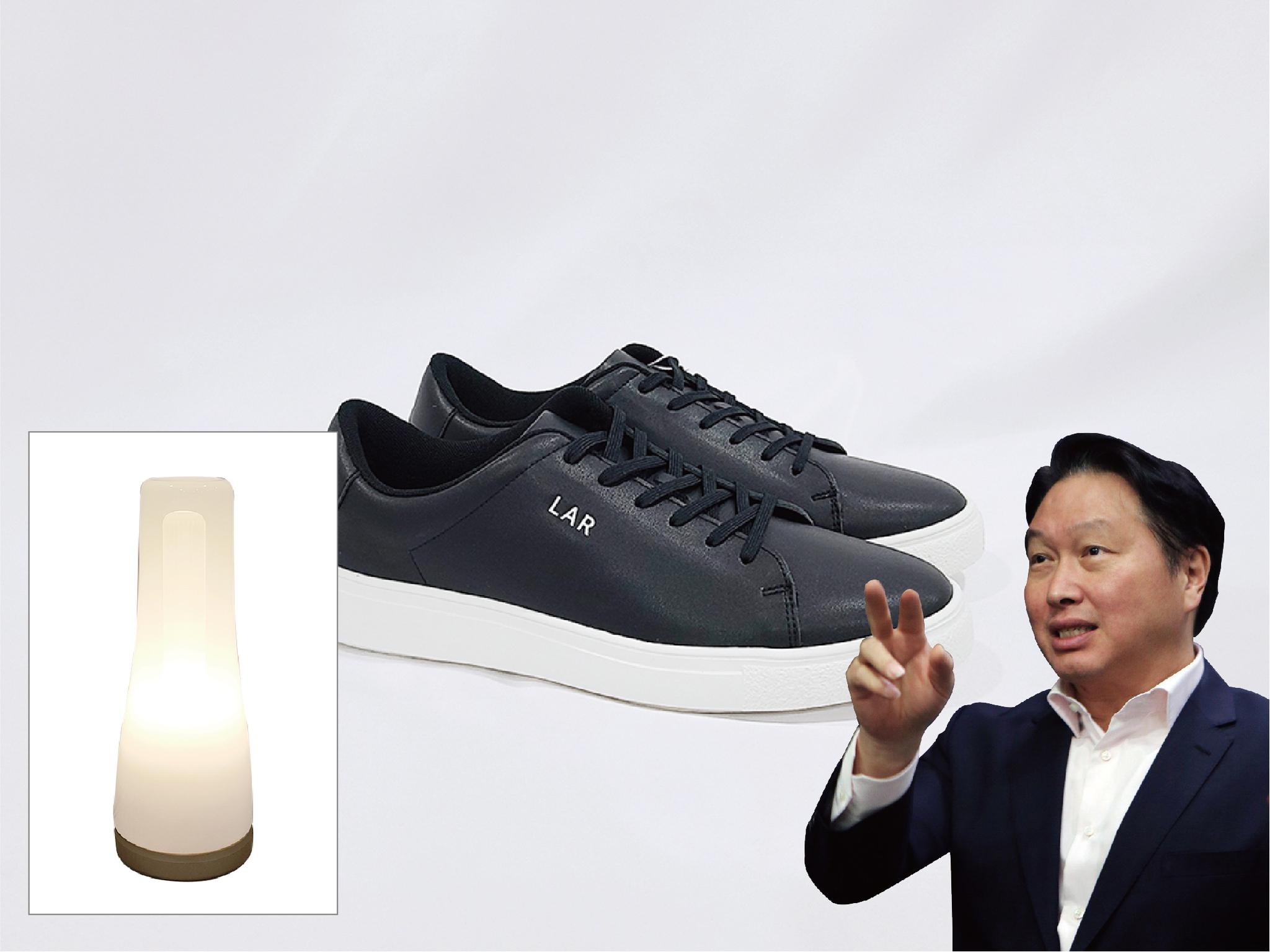 최태원 SK 회장은 SK가 후원하는 사회적 기업이 만든 전기 스탠드 '루미르 조명등'과 '엘에이알(LAR)' 친환경 운동화를 기증했다. [사진 위스타트]